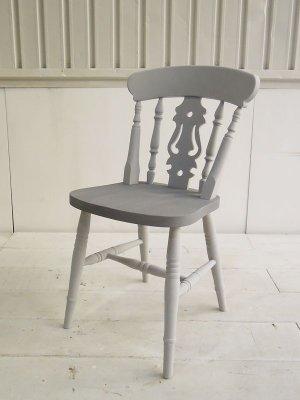 背もたれにフィドル(弦楽器)を象った優雅な椅子です