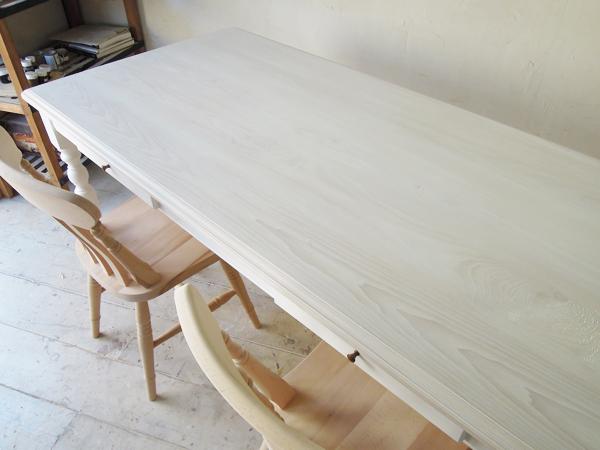 ホワイトアッシュ無垢材を使ったダイニングテーブル
