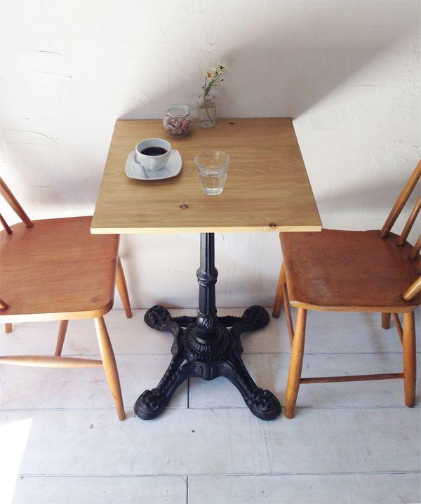 飲食店カフェ向けのアイアンテーブル600角、パイン無垢板