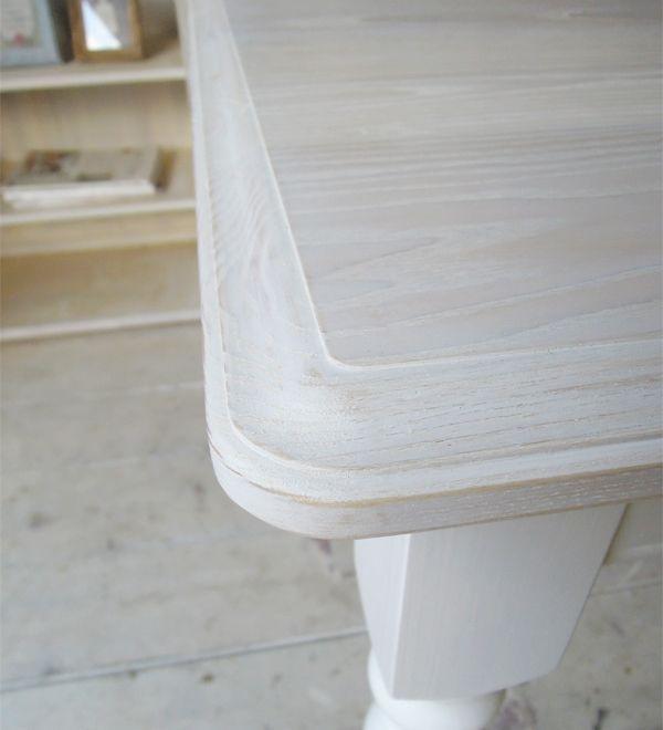ホワイトトーンのダイニングテーブル
