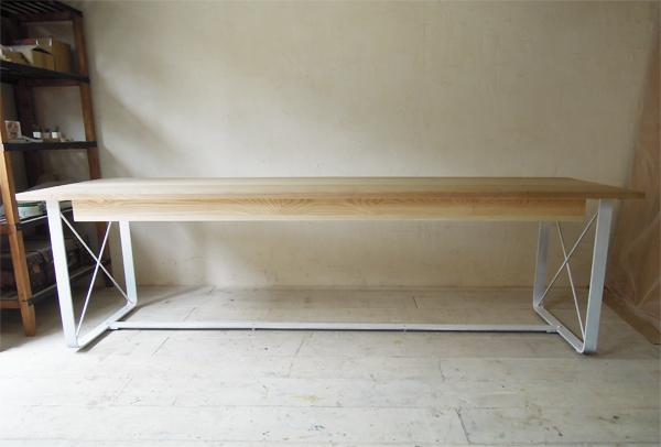 ホワイトアッシュ無垢板天板、鉄脚