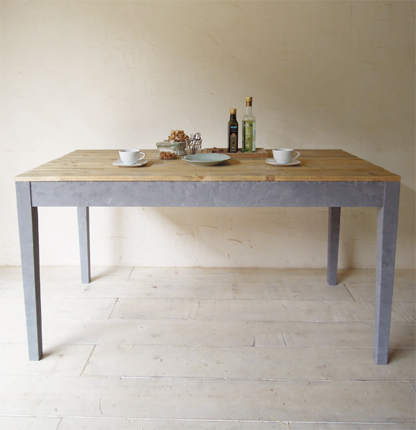 古材を使ったダイニングテーブル、アンティーク調1400パイン材