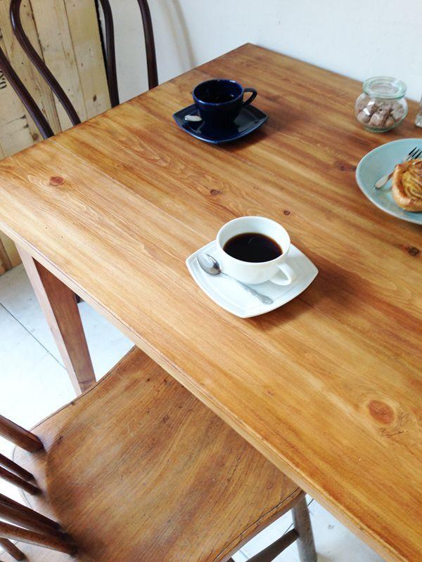 パイン材を使ったアンティーク調ダイニングテーブル、ライトブラウン色