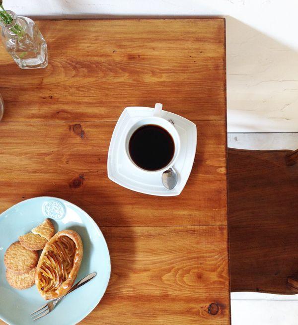アンティークブラウン色のパインテーブル