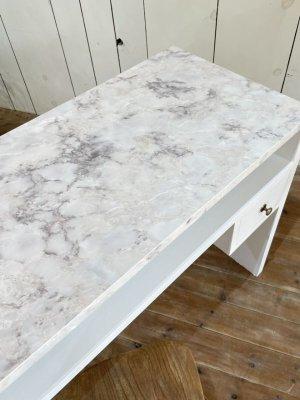 これぞ「大理石」という柄の天板のネイルテーブルが登場!