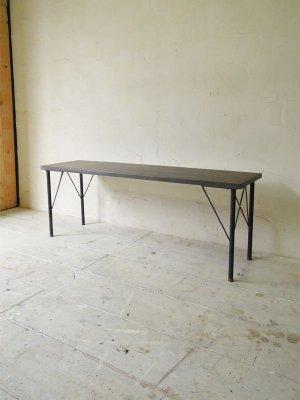 スリムな鉄脚のアイアンベンチ、W1300程度のテーブルに対応したサイズ