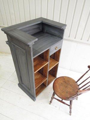 店員側は一段下がった作業台と引出し、可動棚を設置。