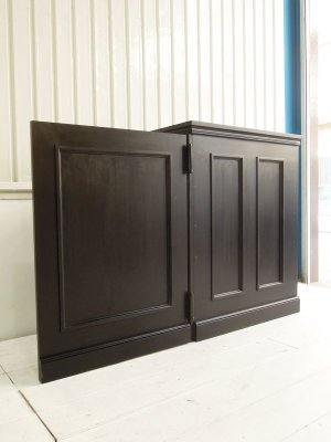 ドア付きのレジカウンター、艶のあるブラック仕上げでクラシックな印象です