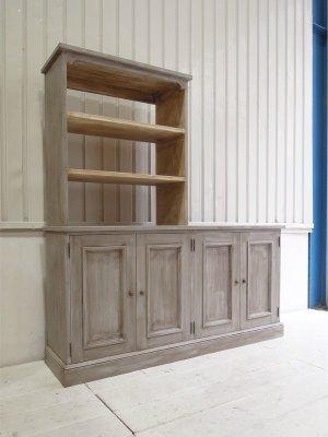 フランスアンティーク家具をイメージした上段棚付きの収納キャビネットです。