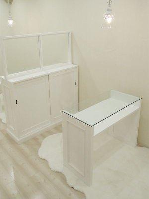 ネイルサロンの家具をまとめて製作させていただきました。ガラストップのネイルテーブルにご注目!
