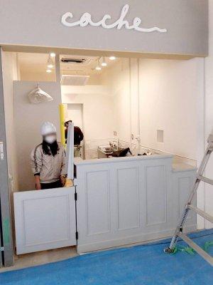 スタッフが通る場所はドアと、縦に開閉できる延長テーブル付きのカウンターです。
