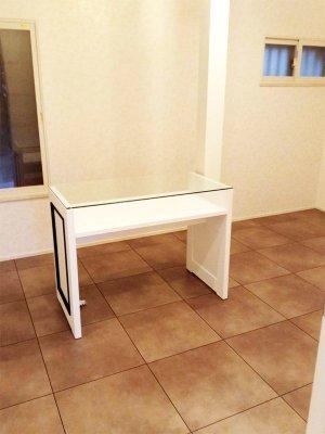 天板は強化ガラス、ライトなどを置く棚つきのネイルテーブル。