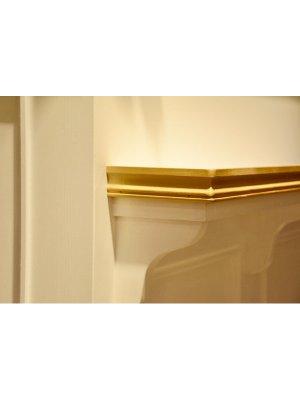 本体をホワイト、飾りモールをゴールドに塗り分けたかわいいレジカウンター