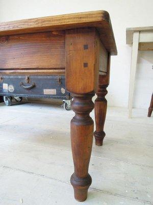 イギリスアンティークによく見るターンドレッグ(ろくろ脚)ローテーブル
