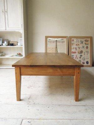 アンティークパイン家具を再現したリビングテーブルです。