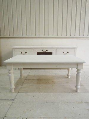 アンティーク家具の定番ターンドレッグ(ろくろ脚)を使ったリビングテーブルです。
