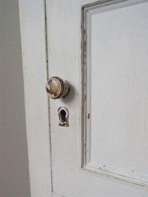扉にはフェイクの鍵穴と真鍮製取っ手、ホワイトペイントが剥げた様なエイジング仕上げ。
