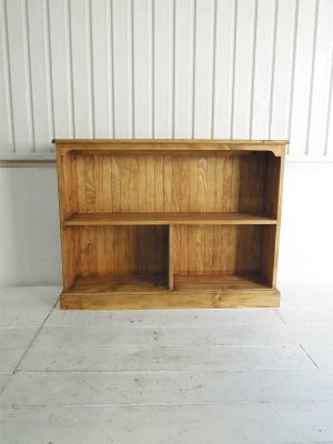 アンティークパイン家具をイメージして作ったパイン材本棚。