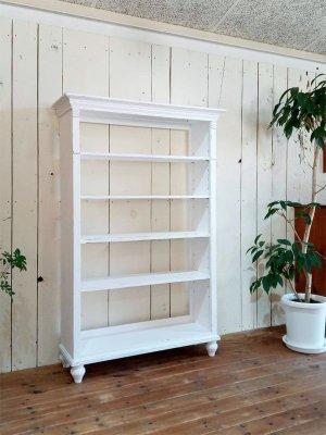 フランスのアンティーク家具をモチーフにしたオープンシェルフ。