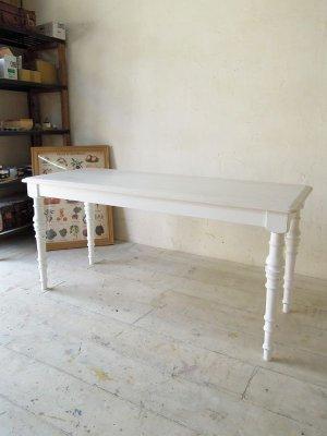 ソファと合わせて使える背の低いダイニングテーブルです