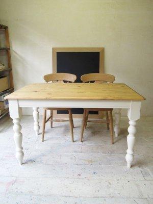 写真はW1300×D800×H750、サイズオーダーできるダイニングテーブルです