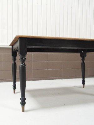 足先に真鍮の靴下をはいたターンドレッグテーブル