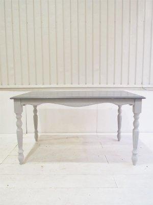 フランス家具のダイニングテーブル、アーチ状の幕板が特徴です。