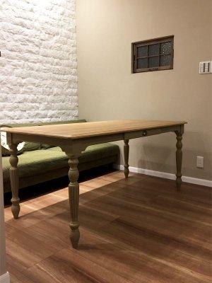 ソファに合わせて天板を少し低めにしたダイニングテーブル。
