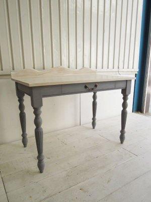 ホワイトオーク材を使った天板、アンティーク調のターンドレッグが目を引く机。