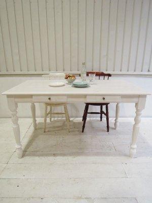 天板も脚もシャビーホワイトで塗装したダイニングテーブル。