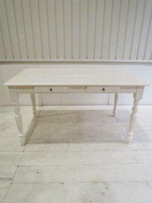 写真はW1400×D800の4人掛けダイニングテーブル。