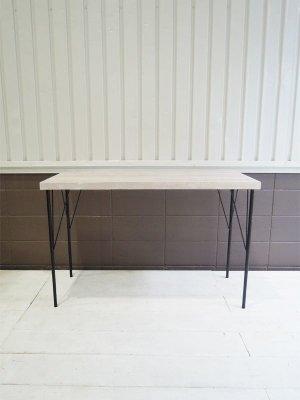 シャビーホワイトに仕上げた無垢材の天板と、鉄脚を合わせたテーブル。