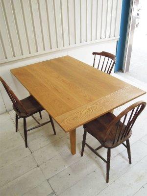 ホワイトオーク材を使った伸長式ダイニングテーブル(エクステンション天板)です。