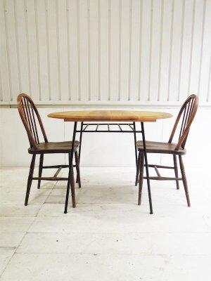直径100cmのラウンドテーブル、2〜4人掛け用のダイニングテーブルです。