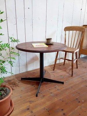 ダイニングテーブルはもちろん、カフェやレストランなど飲食店にもオススメの丸天板テーブル。