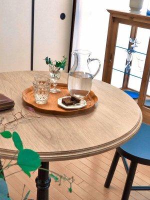 ホワイトオーク無垢材を使ってナチュラルな雰囲気を楽しめる鉄脚テーブル。
