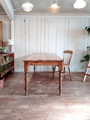 ポコポコと装飾がかわいいターンドレッグを使ったダイニングテーブル!
