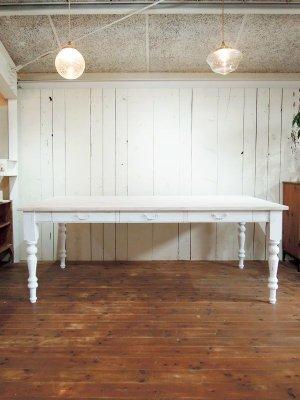 全体にシャビーアンティーク調のかわいいダイニングテーブルです。