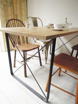 写真はW1500×D800の4人掛けダイニングテーブル