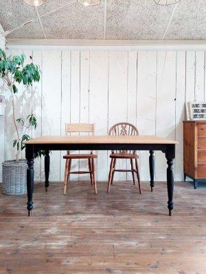 写真はW1500×D900サイズのホワイトオークターン度レッグテーブル
