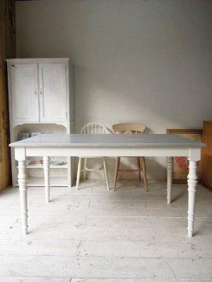 グレー×ホワイトのシャビートーンダイニングテーブルです。