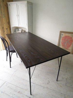ダークブラウン色×鉄脚のテーブル