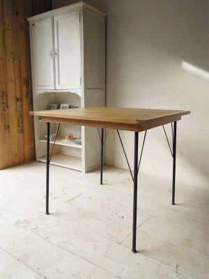 スリムな鉄脚テーブルです