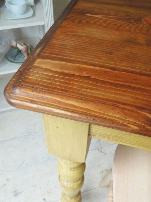 アンティーク加工を施したアンティーク調テーブル。