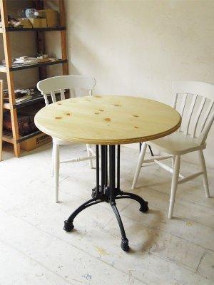 パイン無垢材を天板に使った鉄脚丸テーブル