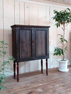 一見テレビボードには見えない、扉の中にテレビを納めたテレビキャビネット!
