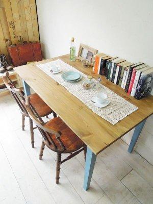 オールドパインとライトブルーのダイニングテーブル
