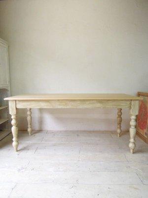 フレンチアンティークの雰囲気を再現したテーブル