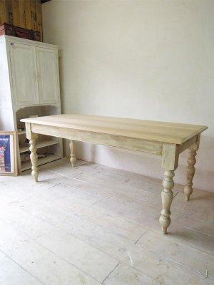 アンティーク調のダイニングテーブル(W1800)