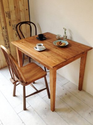 北欧家具風のシンプルなパインテーブル